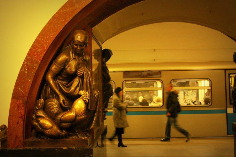 Statuie în statia Ploschad Revolutsii, metrou Moscova