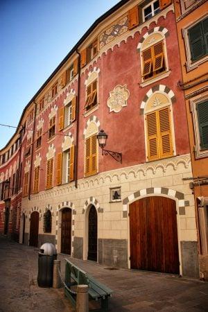 Fațade faux 3d ale caselor, Varese Ligure, Italia