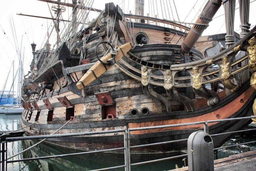 Corabie veche din lemn în Portul din Genova