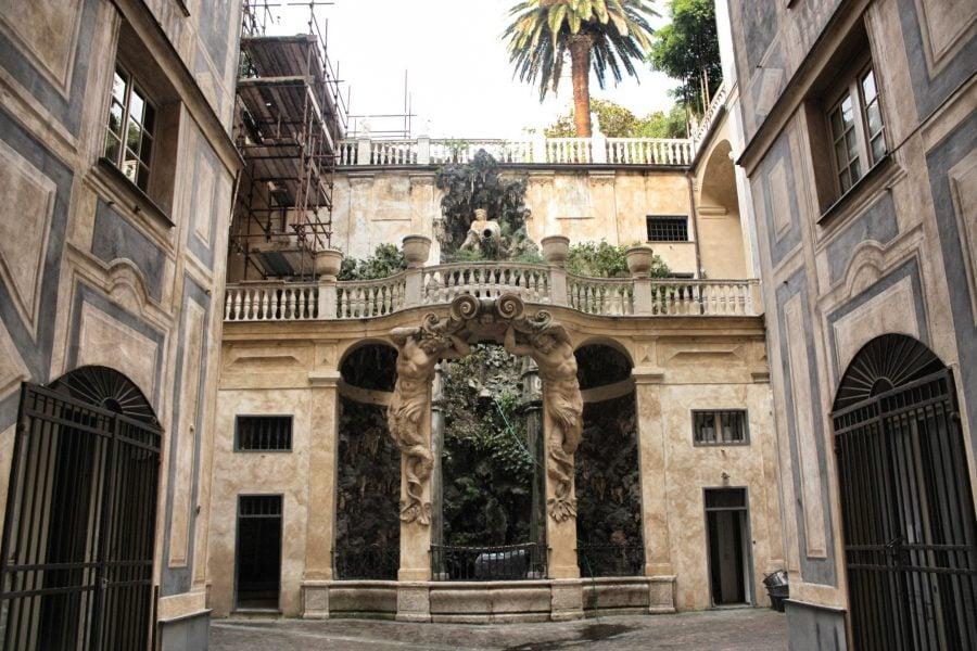 Curtea și poarta unui palat în Genova
