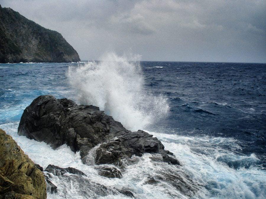 Marea agitată pe Via dell'Amore, Cinque Terre, italia