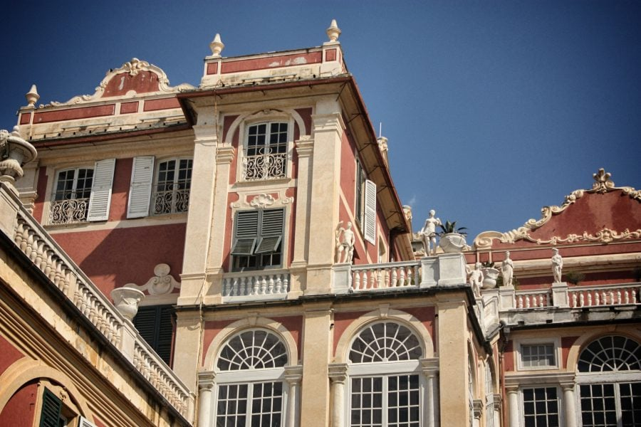 Palatul regal - clădire roșie cu fereste decorate în Genova, Italia