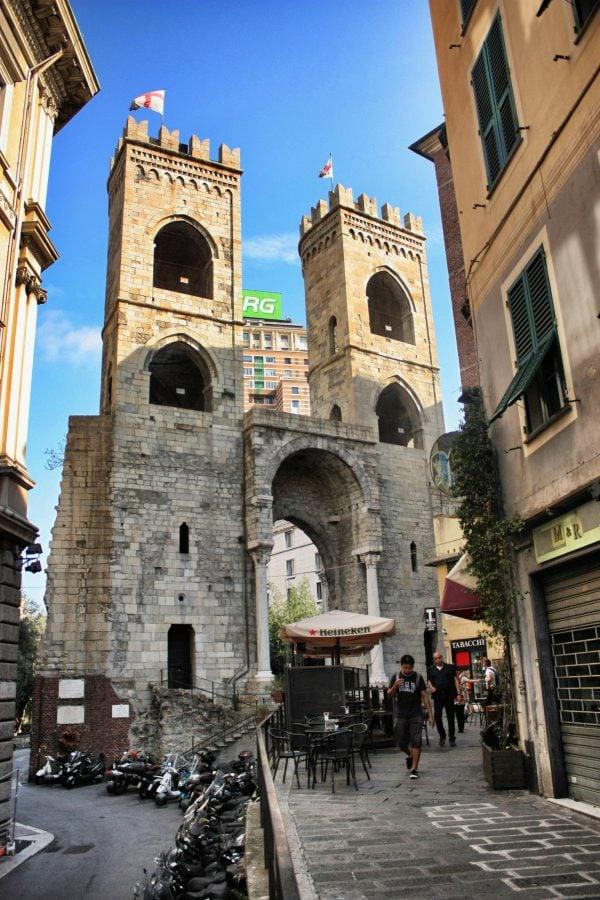 Poartă cu turnuri în centrul vechi al orașului Genova