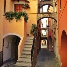 Străzi înguste în Varese Ligure, Italia