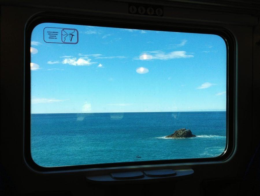 Vedere din trenul Cinque Terre, undeva langa Manarola, italia