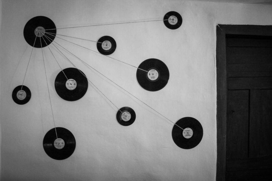 Arta din discuri de vinil pe perete