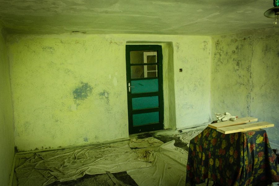 Curatat pereti cu banda abraziva in camera de la tara, Bigar, Romania
