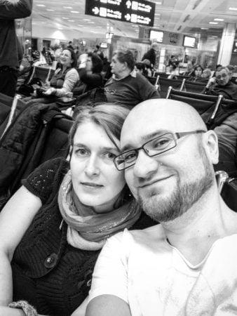 Cristi si Adriana aeroport Doha, Qatar