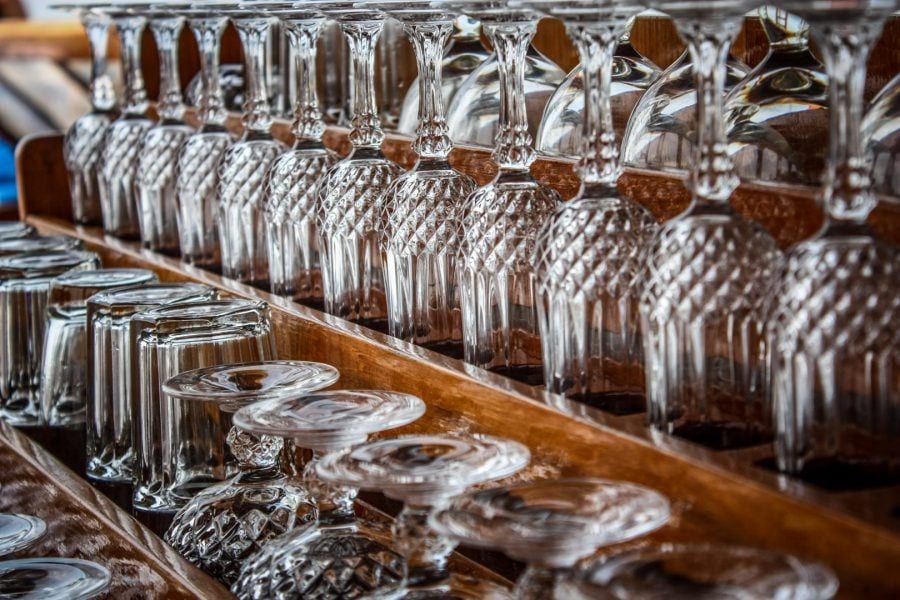 Pahare de cristal la bar