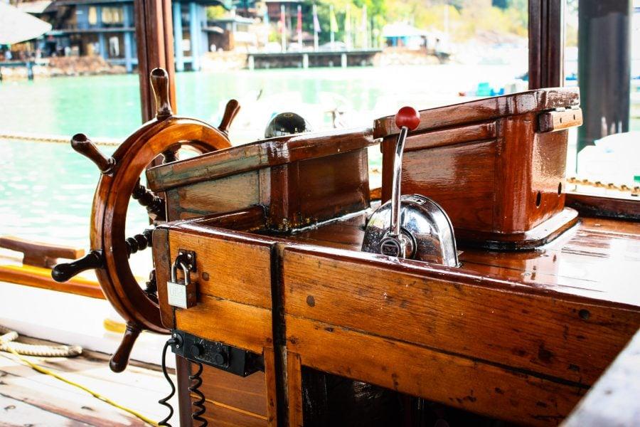 Puntea de control a unei barci indoneziene recondiționată
