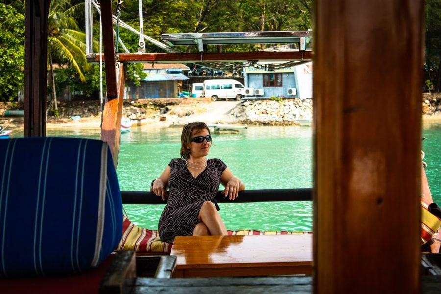 Relaxare pe barcă în port
