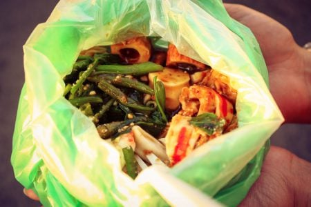Mix de fructe de mare cu sos de alune, la pungă, street-food în Malaezia