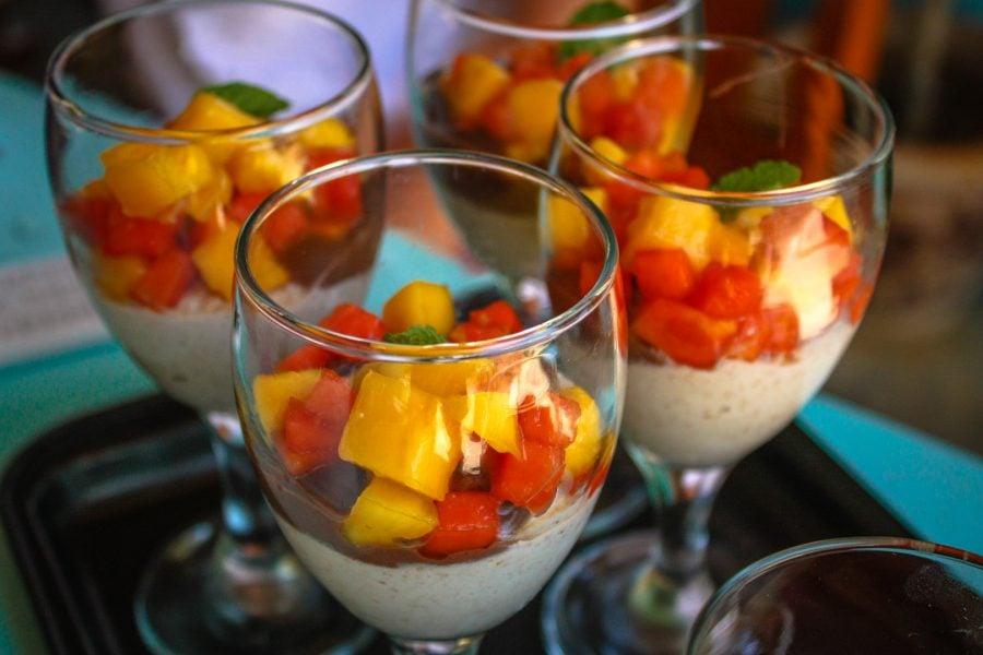 Prăjitură raw-vegană - pastă de caju cu salată de fructe