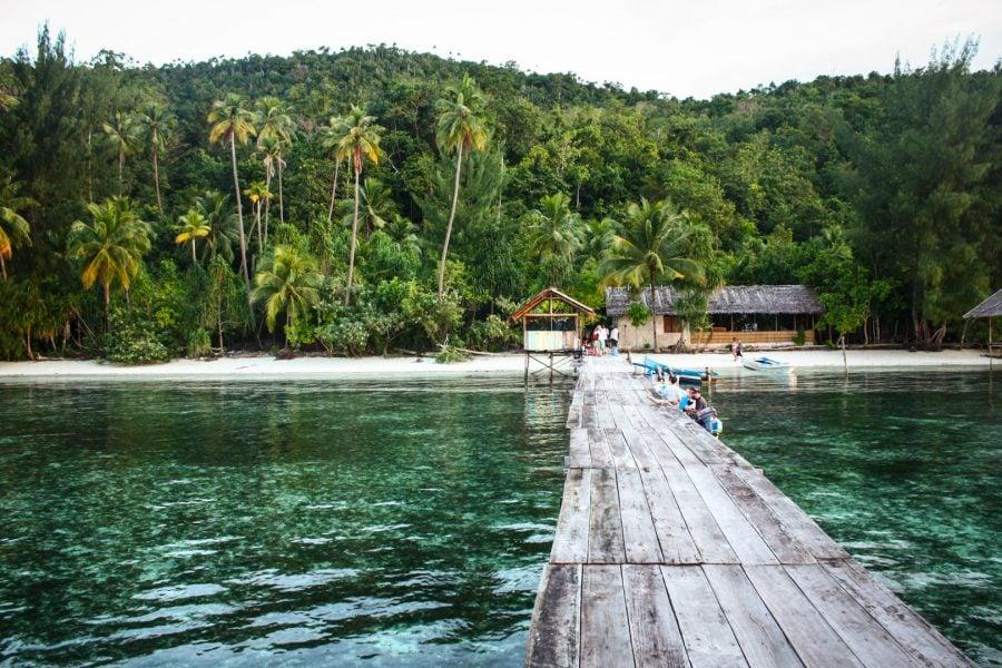 Ponton și apă cristalină în Papua, insula Mansuar