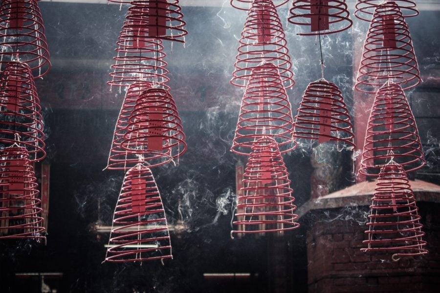 Spirale fumegânde în templu chinezesc, Kuala Lumpur