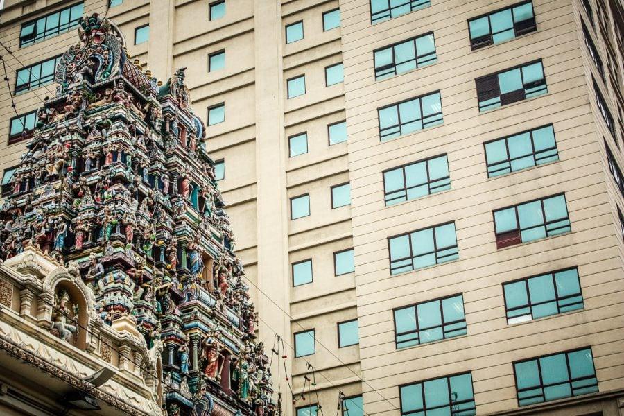 Poartă templu indian și clădire modernă, Kuala Lumpur