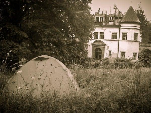 Cu cortul la conac