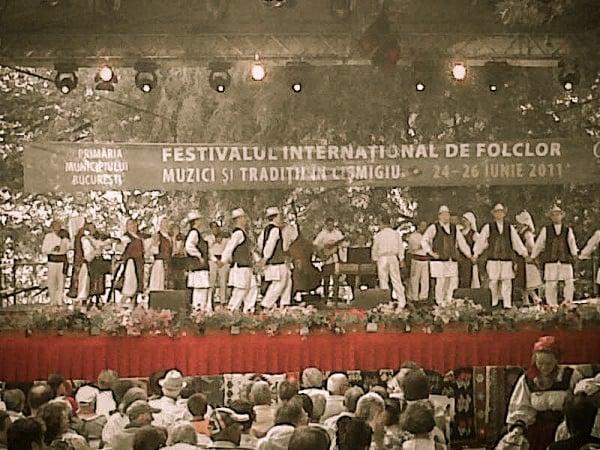 Festival de folclor în Cișmigiu