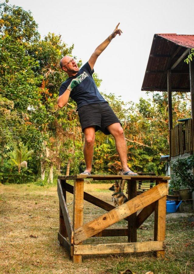 Cristi pe postamentul de lemn pe care l-a construit singur
