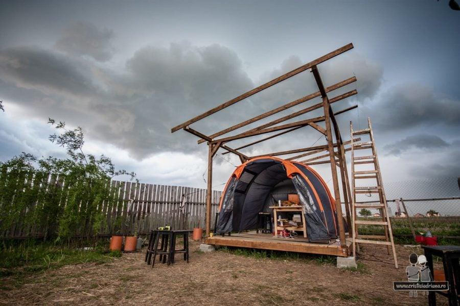 Foișor de lemn și cort temporar
