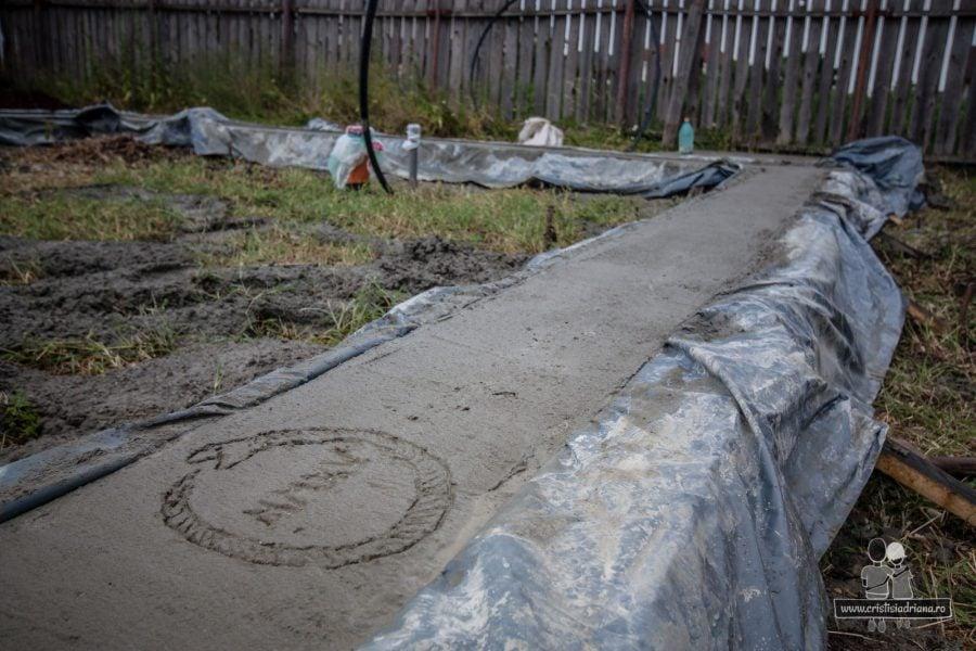 Fundatie de beton pentru o casa mica din baloti de paie