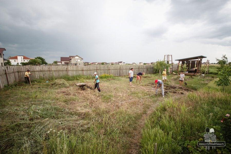 Muncitori sapa fundatia casei de paie
