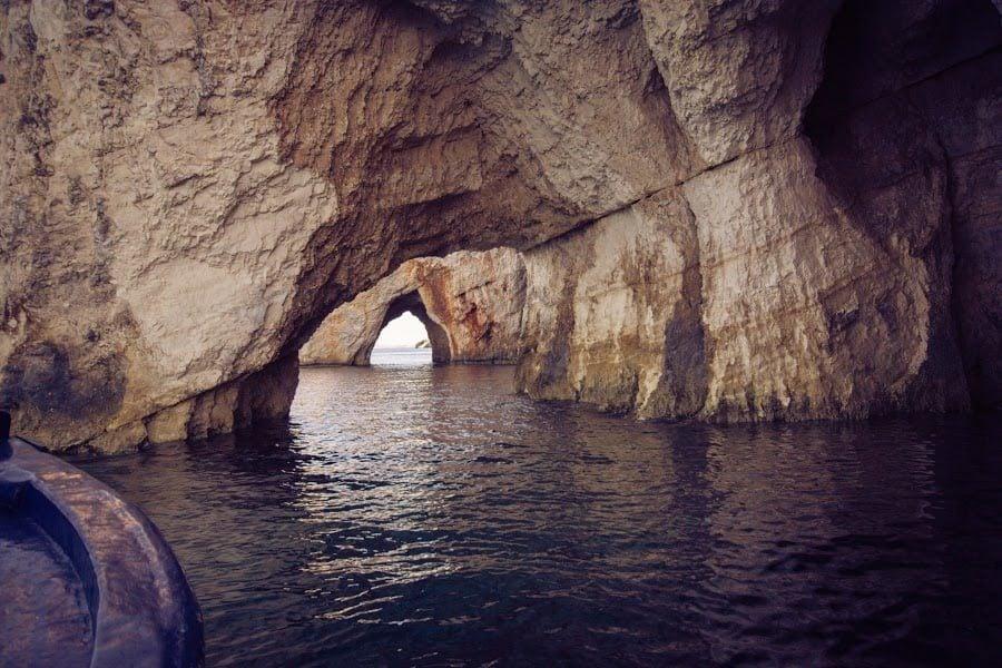 Cu barca prin peșteră