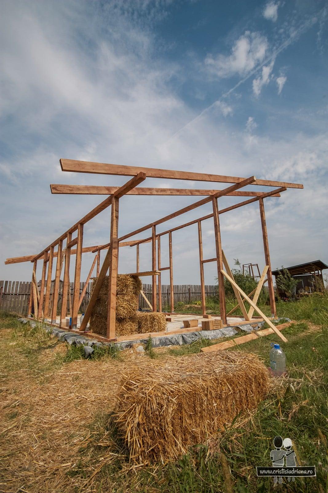 Stalpi de lemn pentru casa de paie