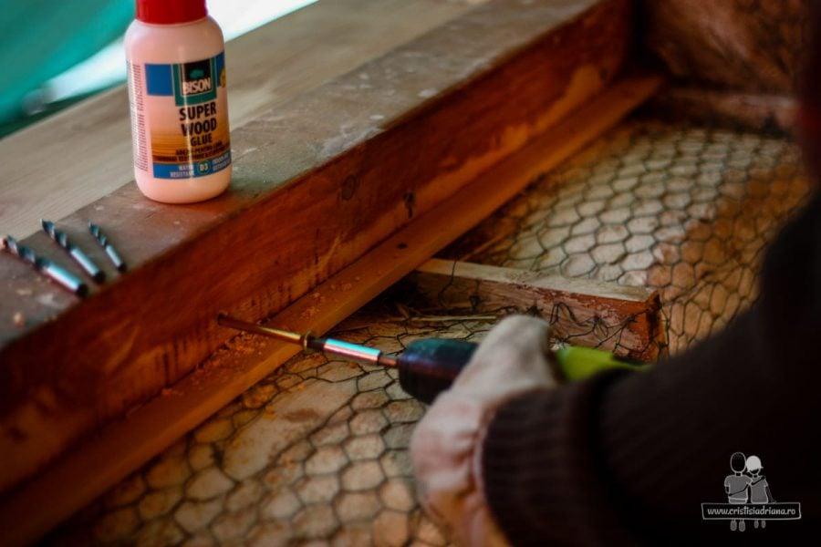 Prindere pervaz de lemn cu șuruburi
