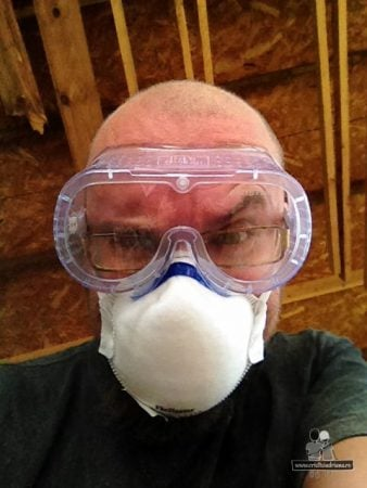 Om cu masca si ochelari de protectie