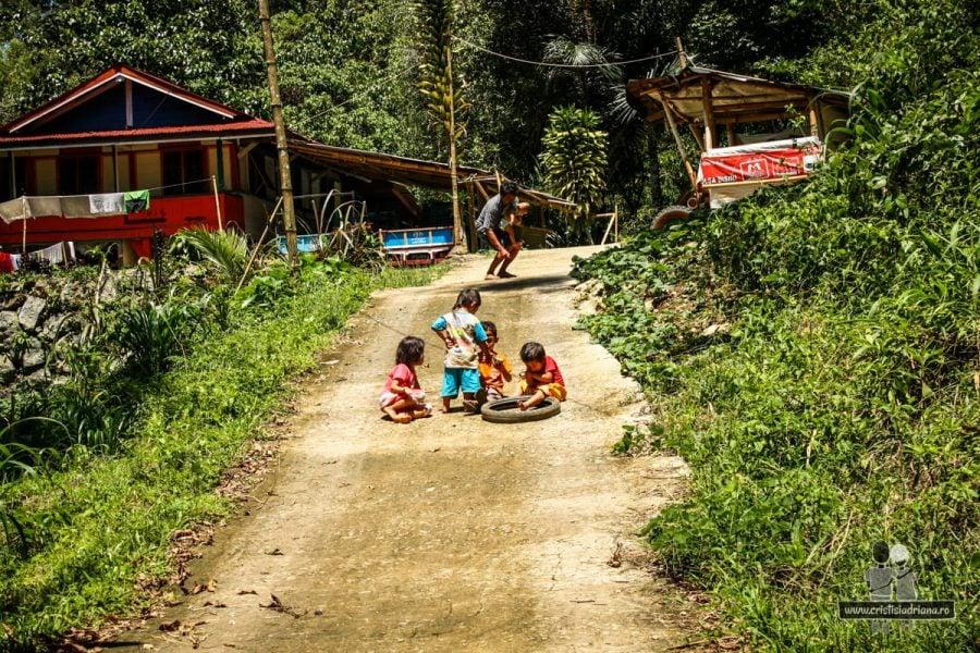 Copii în sat din Sulawesi