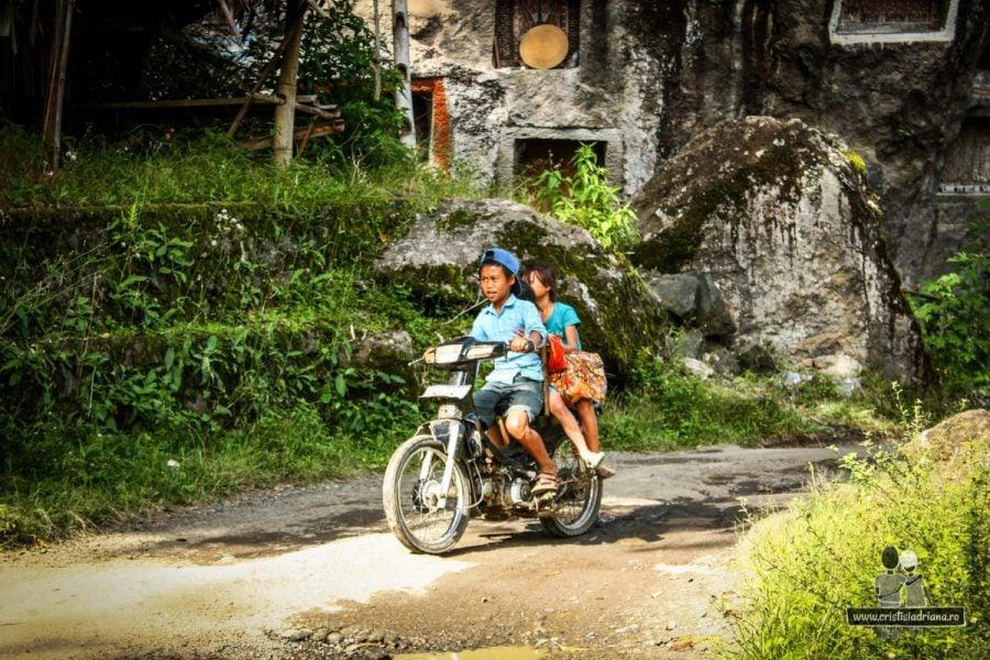 Copii pe motocicletă