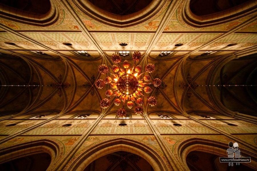 Interiorul catedralei. Candelabre de argint