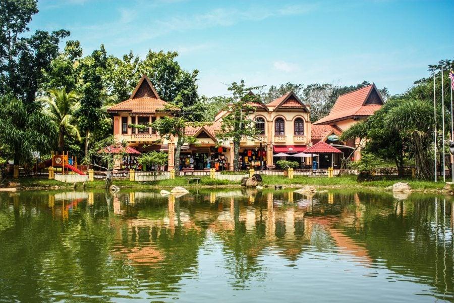 Iaz și case în Oriental Village