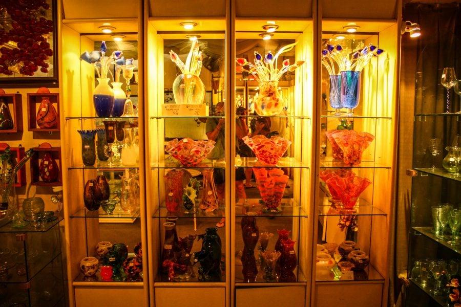 Obiecte de sticlă expuse pentru vânzare la Krafts Complex Langkawi
