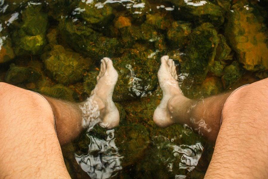 Picioare în apă fierbinte