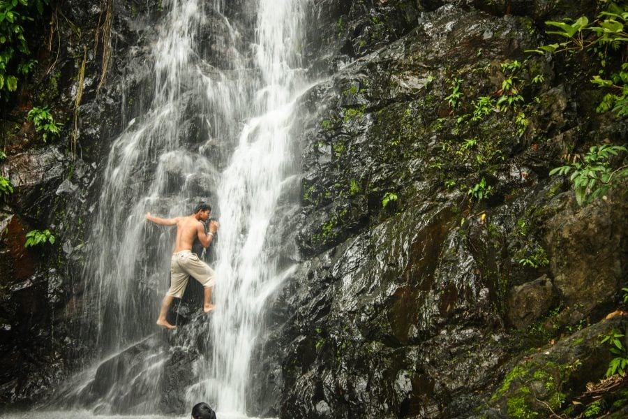 Trecând prin spatele micii cascade