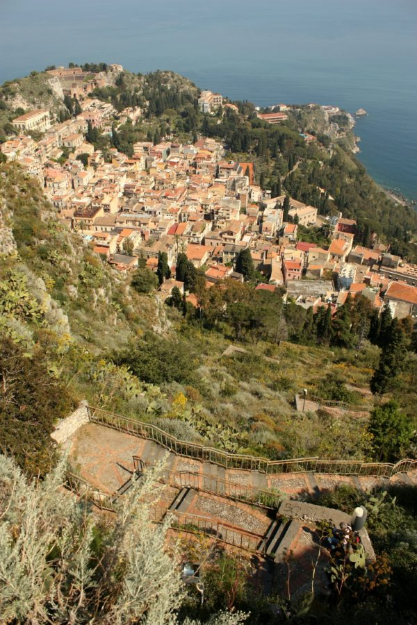 Scări abrupte spre Taormina, Italia
