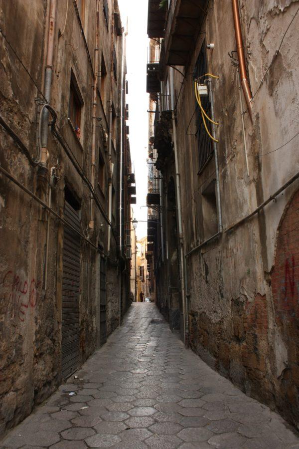 Stradă îngustă în Palermo