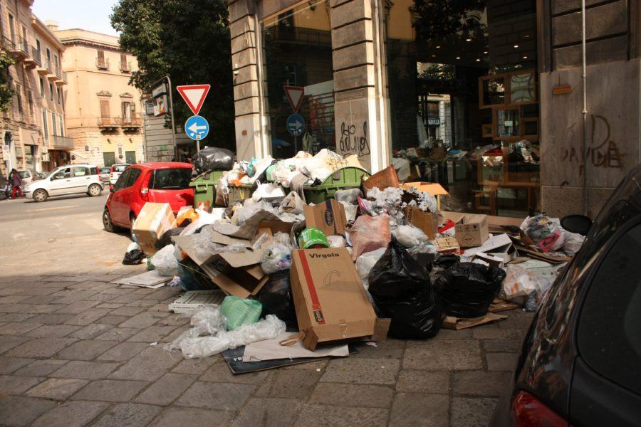Gunoaie pe străzile din Palermo