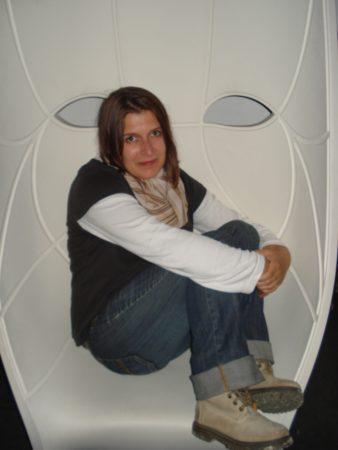 Fată în scaun cool
