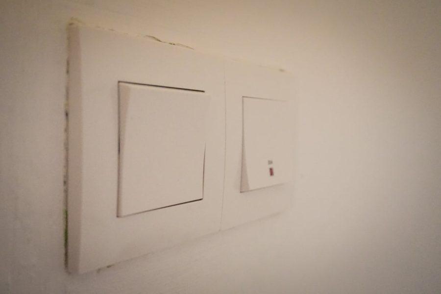 Întrerupătoare albe pe perete