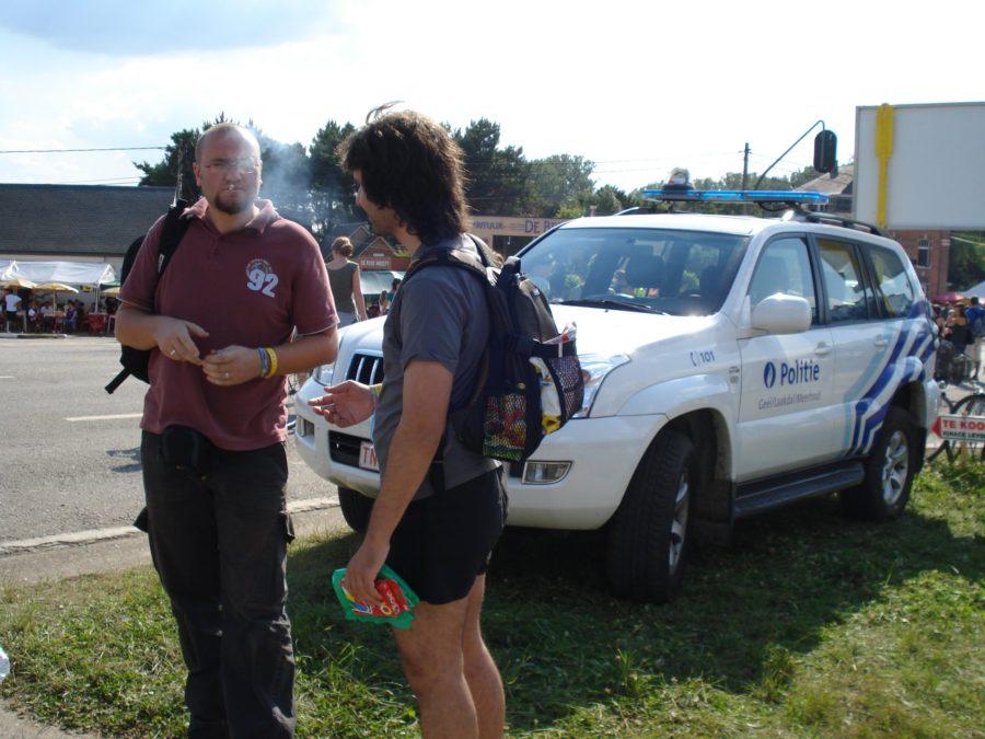 Fumat iarbă în fața mașinii de poliție, pentru că se poate