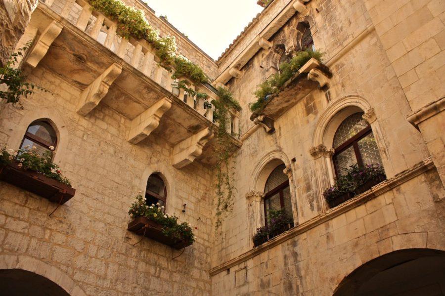 Clădire cu flori la ferestre Trogir