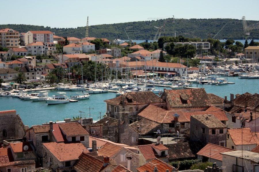 Trogir, case cu țiglă portocalie