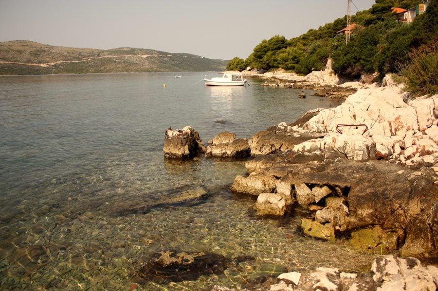 Plajă stâncoasă pe coasta Croației