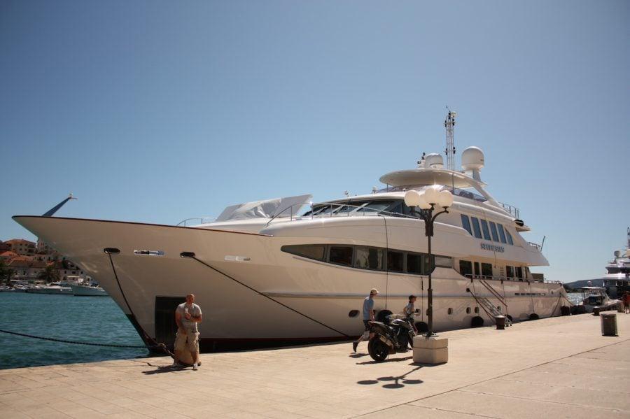 Yacht de lux în portul din Trogir