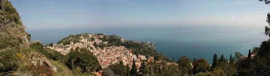 Priveliște catre Taormina de pe Salita Castelo catre Castelmota