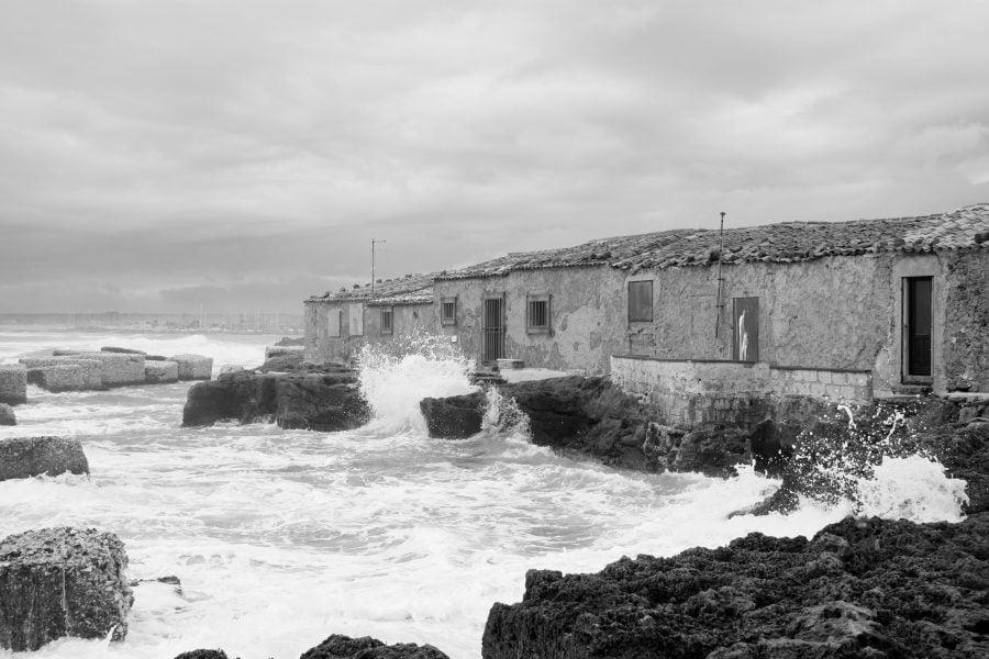 Țărmul înspumat al marii în Marzamemi, Sicilia