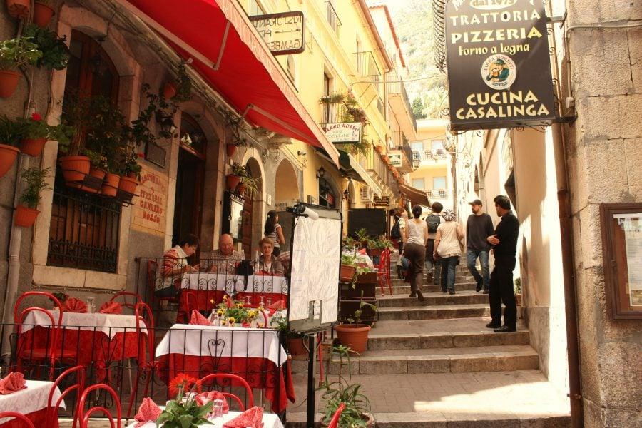 Taormina, restaurant pe stradă